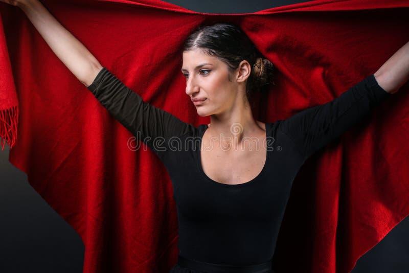 Muchacha caucásica atractiva en un poncho rojo fotografía de archivo