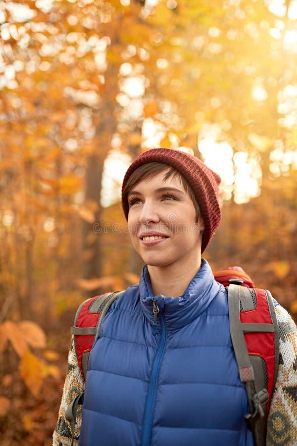 Muchacha caucásica atractiva que camina a través del bosque en la caída en Canadá imágenes de archivo libres de regalías