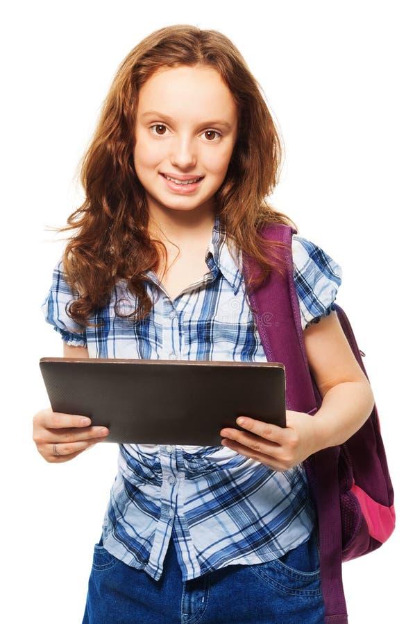 Muchacha sonriente elegante con PC de la tableta fotografía de archivo