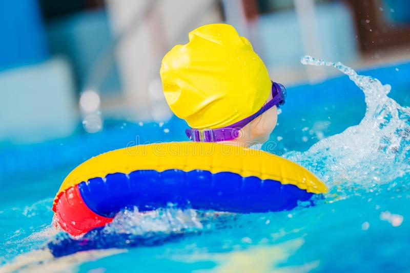 Muchacha caucásica en una piscina imagenes de archivo