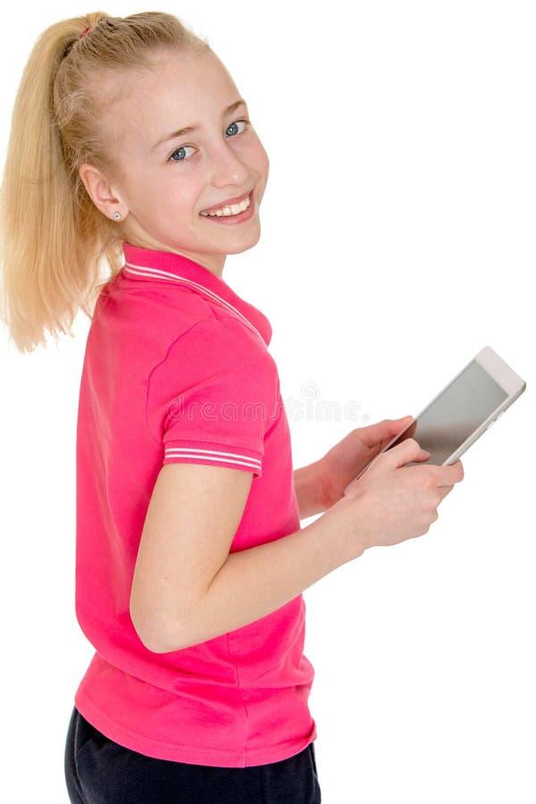 Muchacha caucásica hermosa que sostiene una tableta y fotografía de archivo libre de regalías