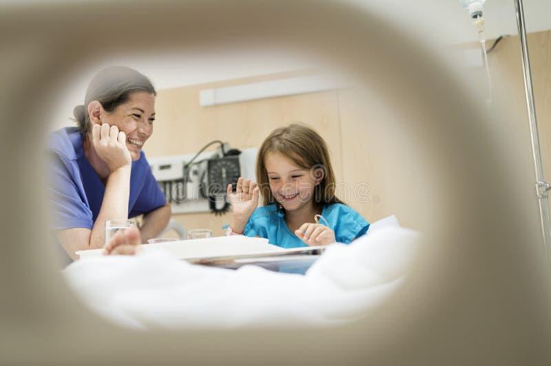 Muchacha caucásica joven que permanece en un hospital fotografía de archivo libre de regalías