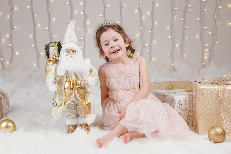 Muchacha caucásica que celebra la Navidad o el Año Nuevo fotografía de archivo
