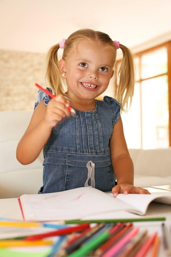 Muchacha caucásica que toma notas Niña sonriente fotos de archivo libres de regalías