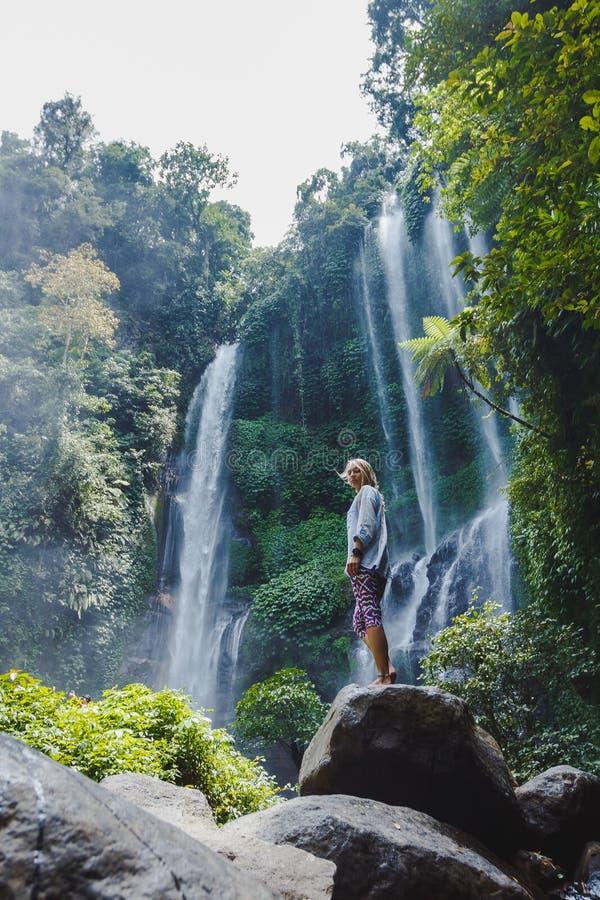 Muchacha cerca de la cascada foto de archivo