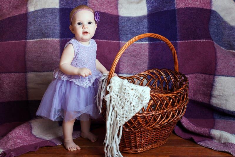 Muchacha cerca de la cesta imagen de archivo libre de regalías