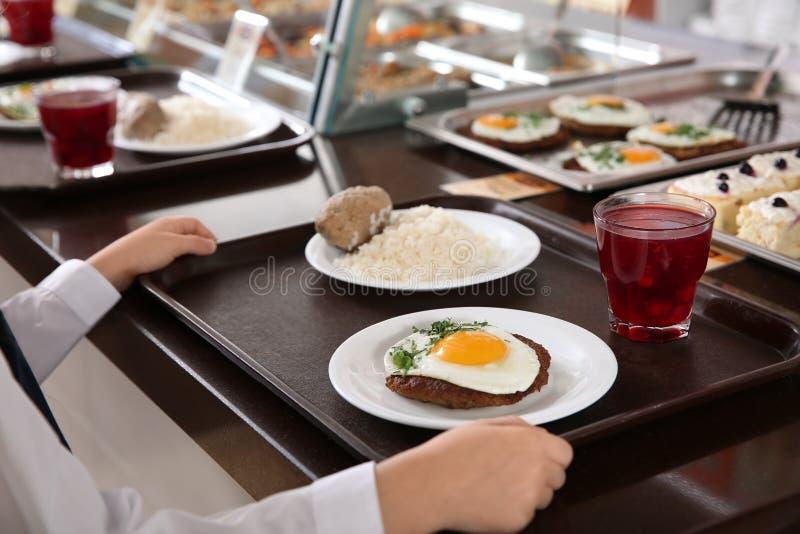 Muchacha cerca de la línea de servicio con la comida sana en cantina de la escuela foto de archivo libre de regalías