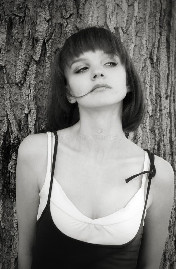 Download Muchacha Cerca De Un árbol En Parque De La Ciudad Imagen de archivo - Imagen de espere, brunette: 64206101