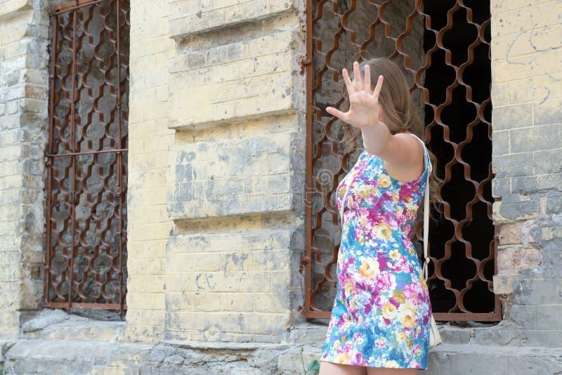 muchacha cerca de una casa abandonada imagenes de archivo