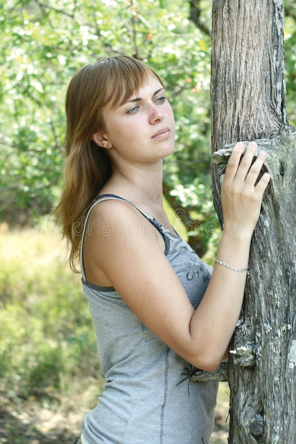 Muchacha cerca del árbol fotografía de archivo