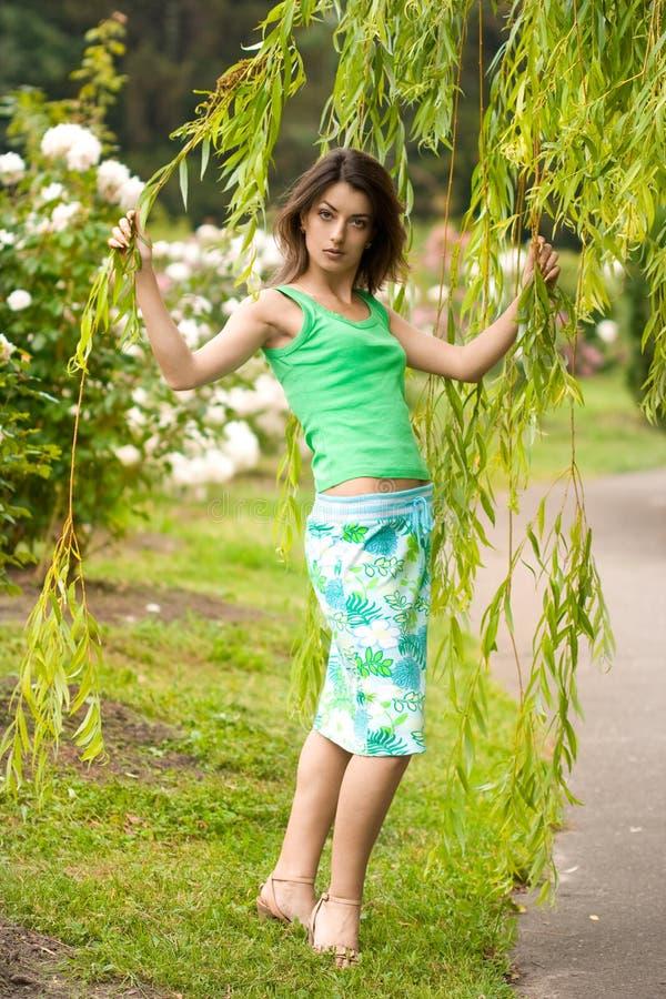 Download Muchacha cerca del árbol imagen de archivo. Imagen de elegancia - 7151641