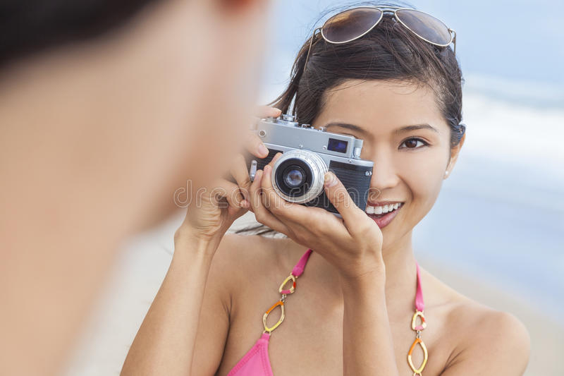Muchacha china asiática de la mujer con la cámara retra foto de archivo