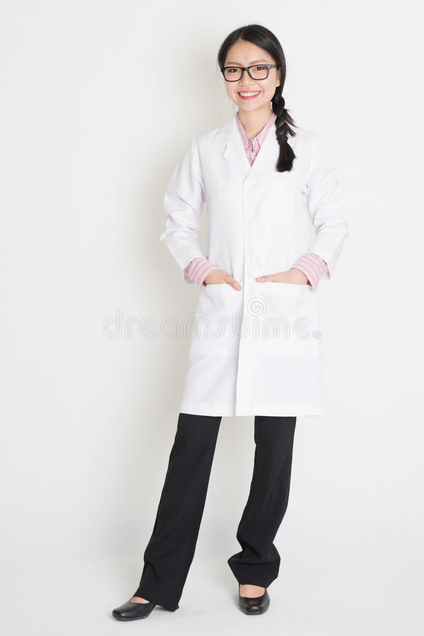 Muchacha china asiática en el uniforme blanco del laboratorio fotos de archivo libres de regalías