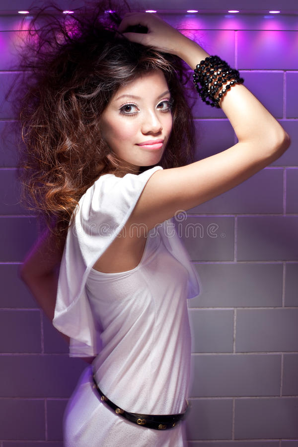 Muchacha china asiática hermosa del partido y del baile fotografía de archivo