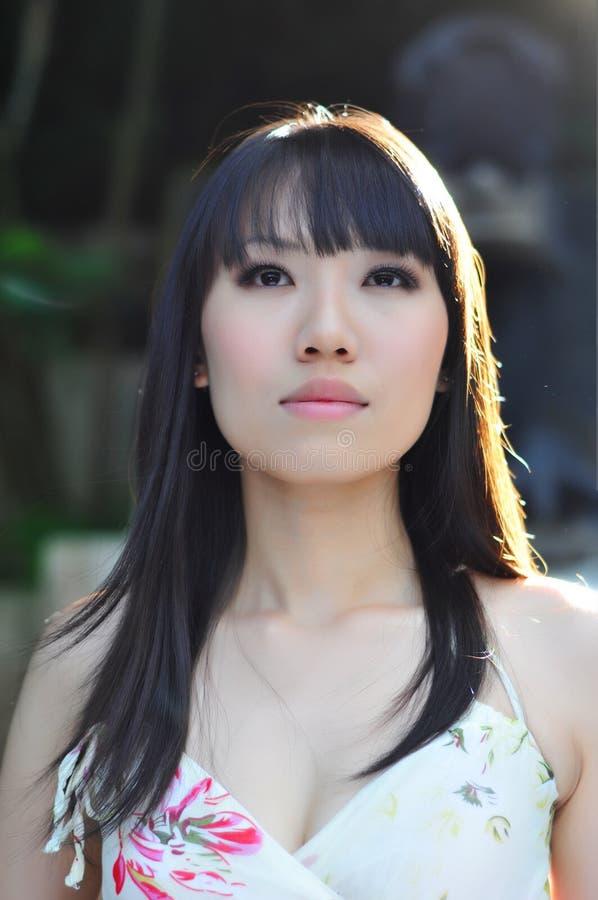 Muchacha china asiática que parece angelical imagen de archivo