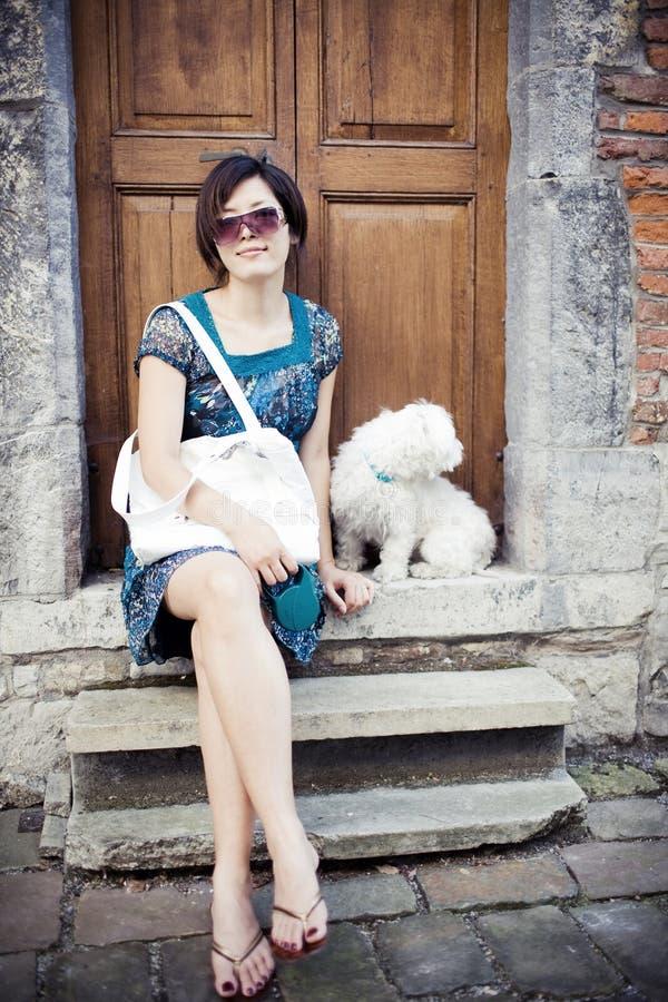 Muchacha china con un perro fotografía de archivo