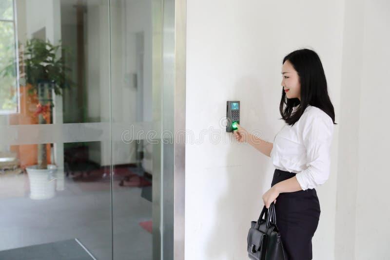 Muchacha china de la mujer de la señora de la oficina de Asia en el sacador de la sonrisa del trabajo en hacia fuera lugar de tra fotos de archivo libres de regalías