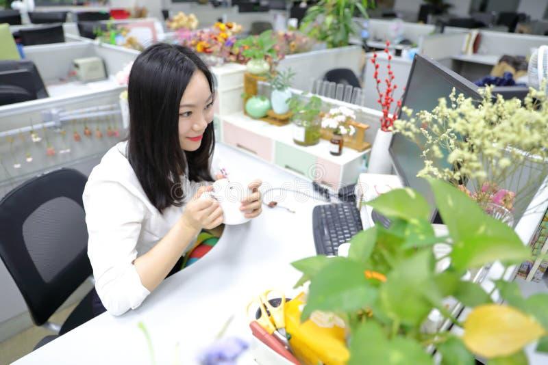 Muchacha china de la mujer de la señora de la oficina de Asia en lugar de trabajo de pensamiento del traje del empleo del negocio fotos de archivo