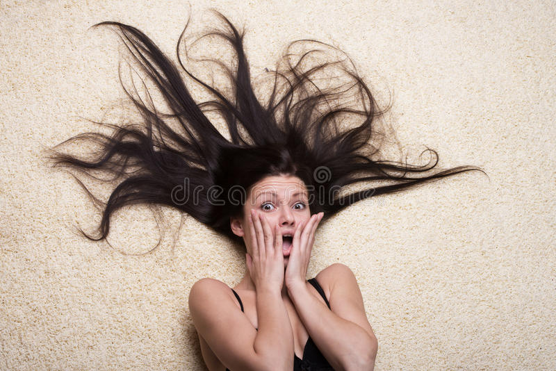 Muchacha chocada con el pelo largo fotografía de archivo