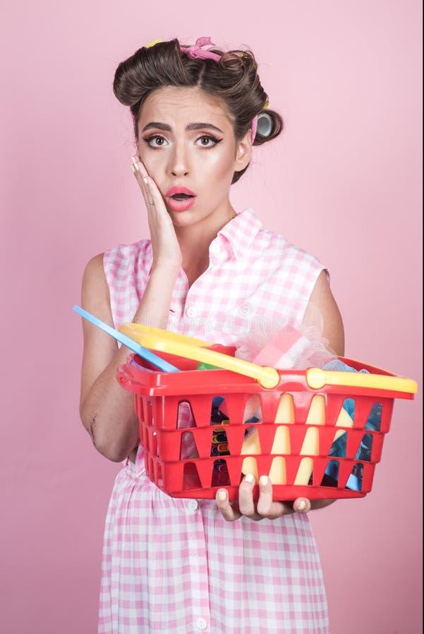 Muchacha chocada que disfruta de compras en línea mujer del ama de casa del vintage lista para pagar en supermercado ahorros en c imagenes de archivo