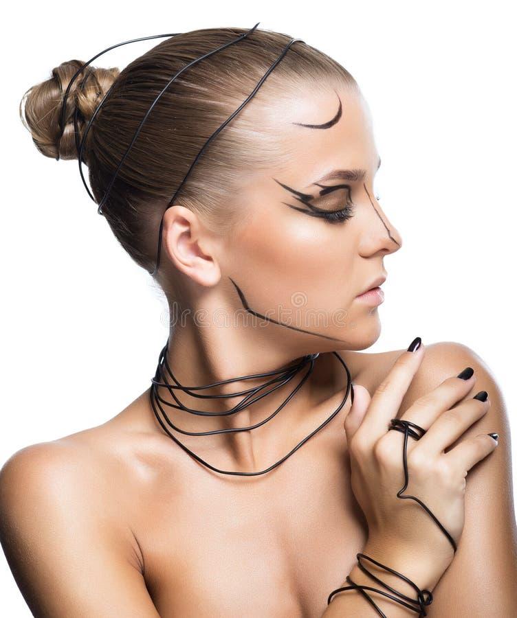 Muchacha cibernética hermosa con maquillaje negro aislada en el backgr blanco fotografía de archivo