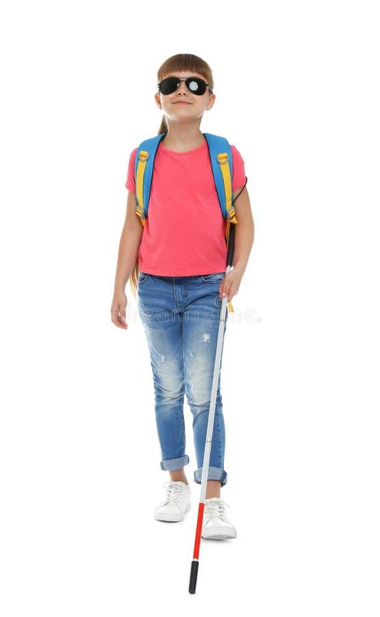 Muchacha ciega con el bastón largo que camina en blanco imágenes de archivo libres de regalías