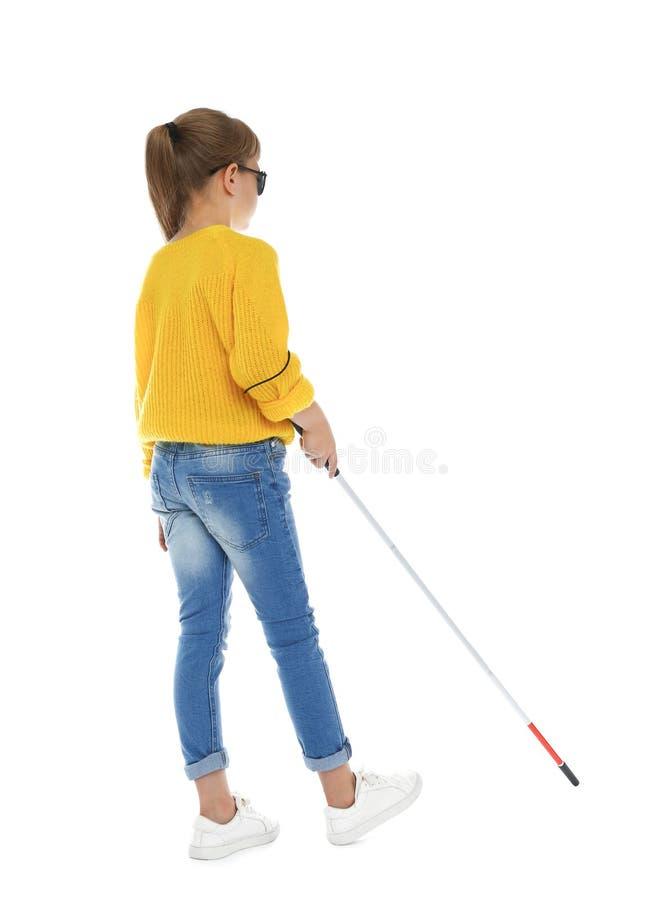 Muchacha ciega con el bastón largo que camina en blanco fotos de archivo libres de regalías