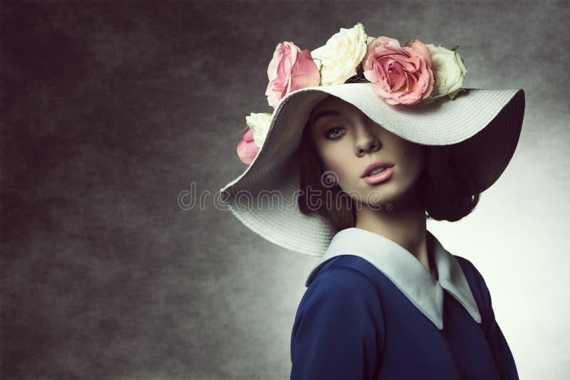 Muchacha clásica de la primavera de la vieja moda imagenes de archivo
