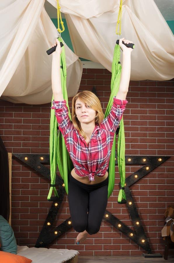 Muchacha, colgando en una hamaca para la yoga imágenes de archivo libres de regalías