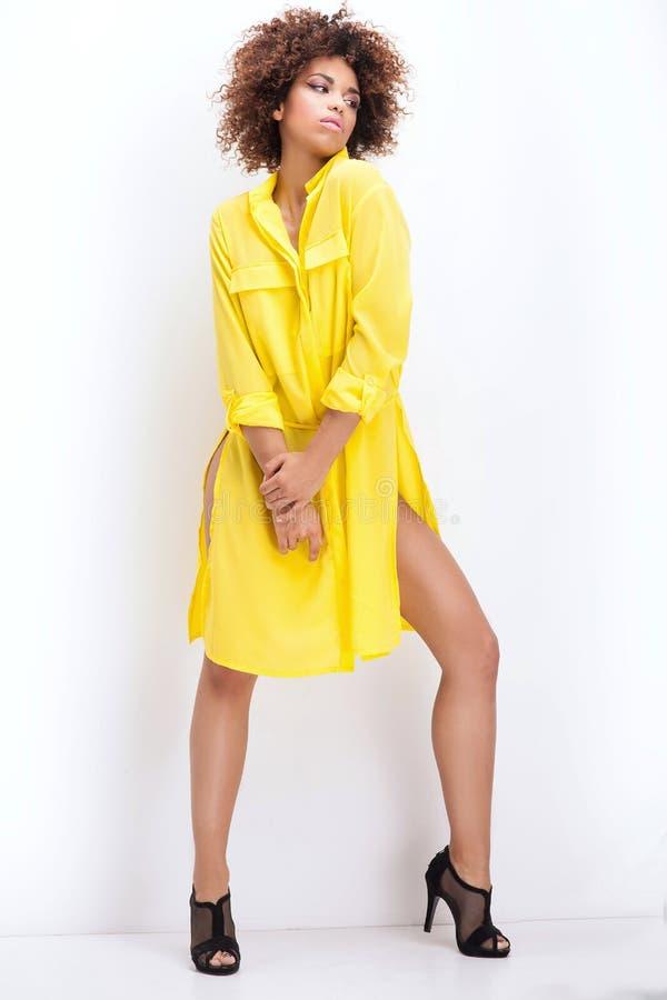 Muchacha con afro en vestido amarillo fotos de archivo