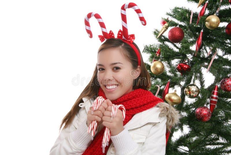 Muchacha con el árbol de navidad foto de archivo