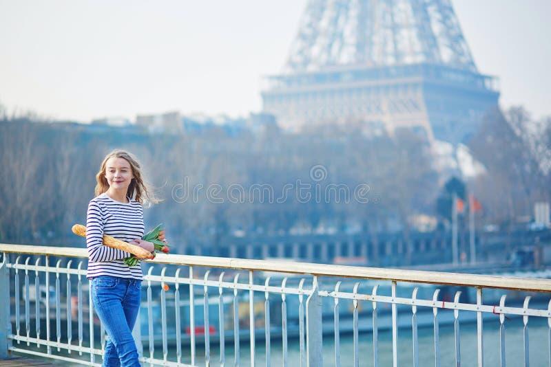 Muchacha con el baguette y los tulipanes franceses tradicionales imágenes de archivo libres de regalías