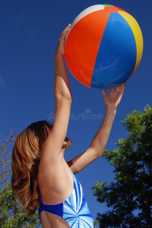 Muchacha con el beachball foto de archivo