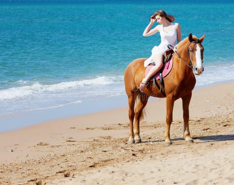 Muchacha con el caballo fotografía de archivo