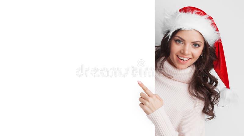 Muchacha con el cartel de la tenencia del sombrero de la Navidad fotografía de archivo