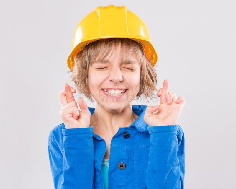 Muchacha con el casco amarillo foto de archivo