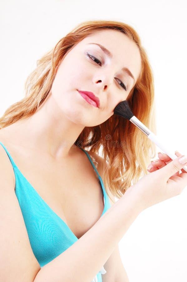 Muchacha con el cepillo cosmético foto de archivo