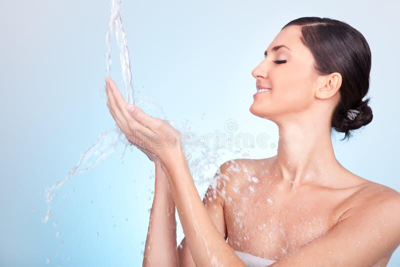 Muchacha con el chapoteo del agua imagenes de archivo