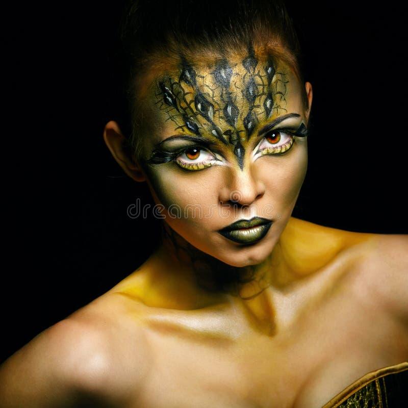 Muchacha con el cocodrilo inusual del maquillaje imagen de archivo libre de regalías