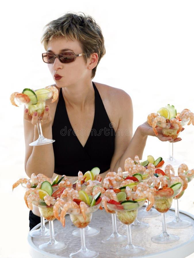 Muchacha con el coctel de camarón foto de archivo