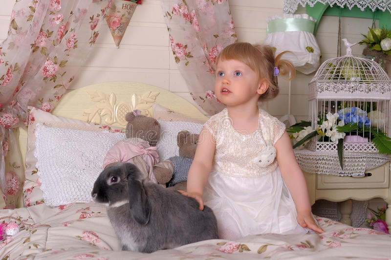 Muchacha con el conejo gris imagenes de archivo