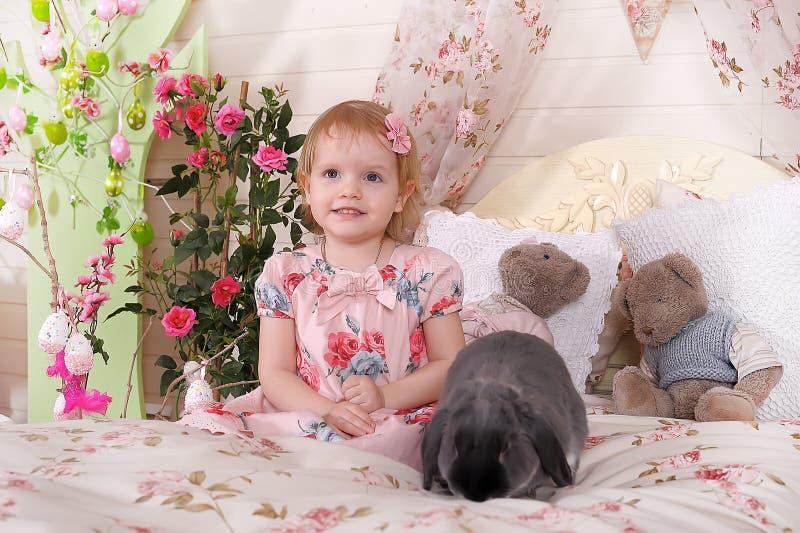 Muchacha con el conejo gris imágenes de archivo libres de regalías