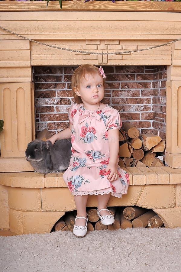 Muchacha con el conejo gris fotos de archivo