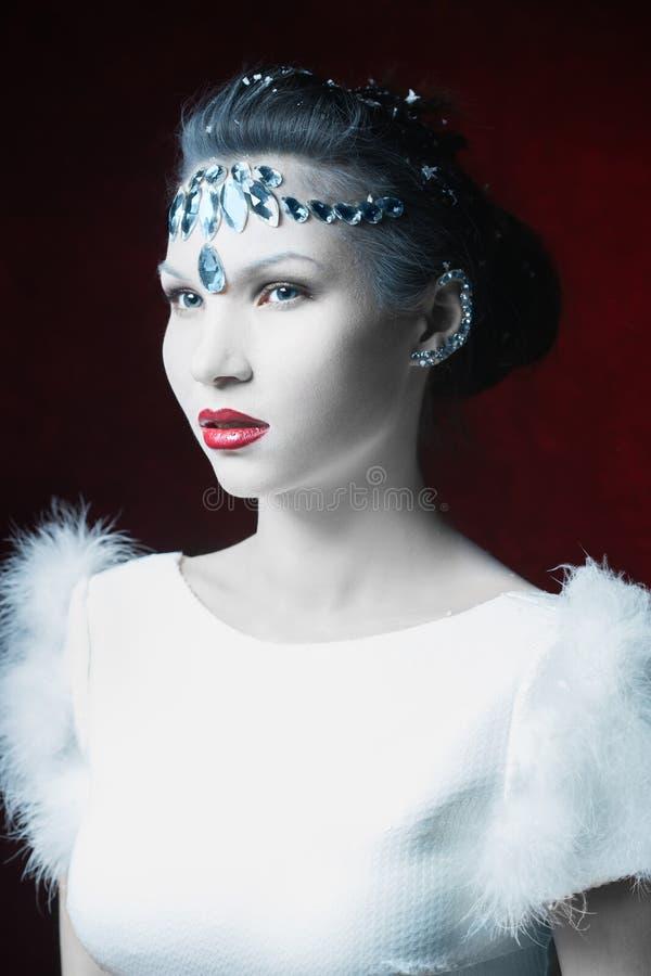 Muchacha con el cuero blanco adornado con los diamantes artificiales foto de archivo