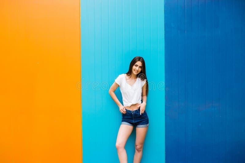 muchacha con el cuerpo agradable contra fondo de la pared del color fotografía de archivo libre de regalías