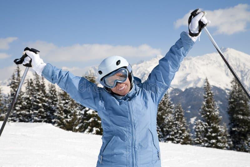Muchacha con el esquí imagenes de archivo