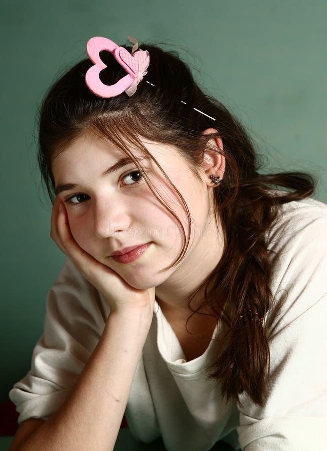 Muchacha con el hairclipse rosado del corazón de los valentives imagenes de archivo
