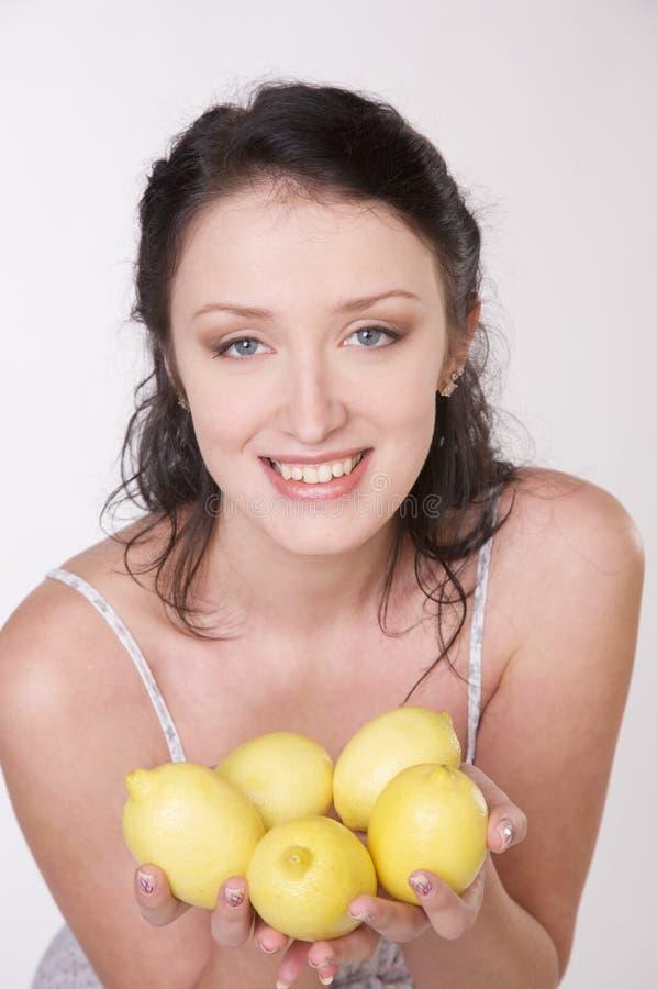 Muchacha con el limón fotografía de archivo libre de regalías