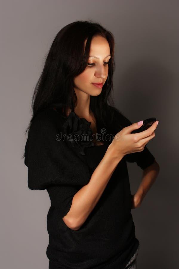 Muchacha con el móvil fotografía de archivo