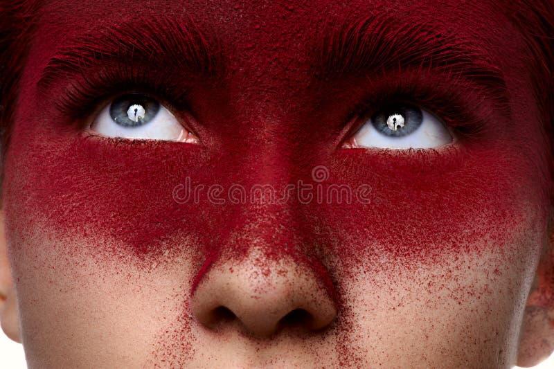 Muchacha con el maquillaje rojo oscuro de la belleza que mira para arriba fotografía de archivo